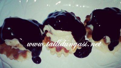 İçi Krema Dolgulu Çikolata Soslu Muffin